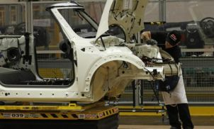 UK car output falls 10% in May ahead of new models